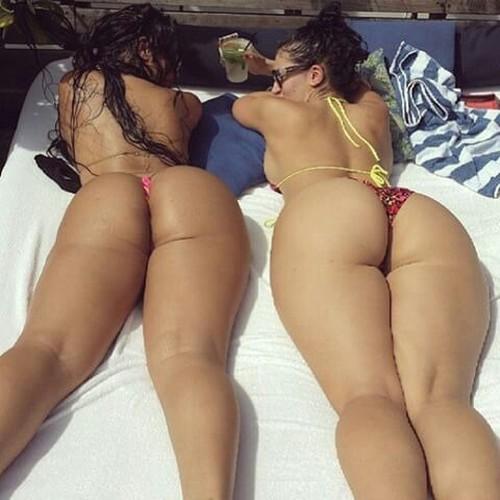 dos mujeres culonas en tanga en las tumbonas